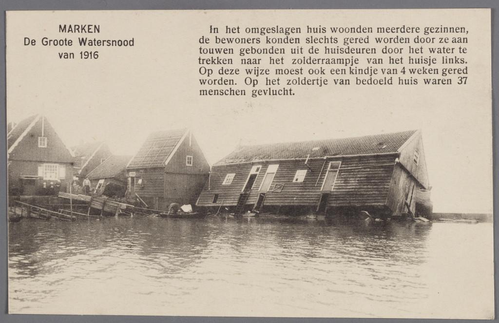 Op het zoldertje van dit omgeslagen huis in Marken waren 37 mensen gevlucht. Ze konden worden gered. Van de foto werd een prentbriefkaart gemaakt. Fotocredit: Zuiderzeemuseum