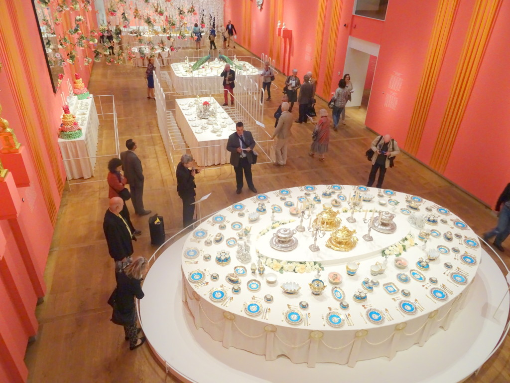 Een overzicht van de grote Hermitage-zaal met gedekte tafels