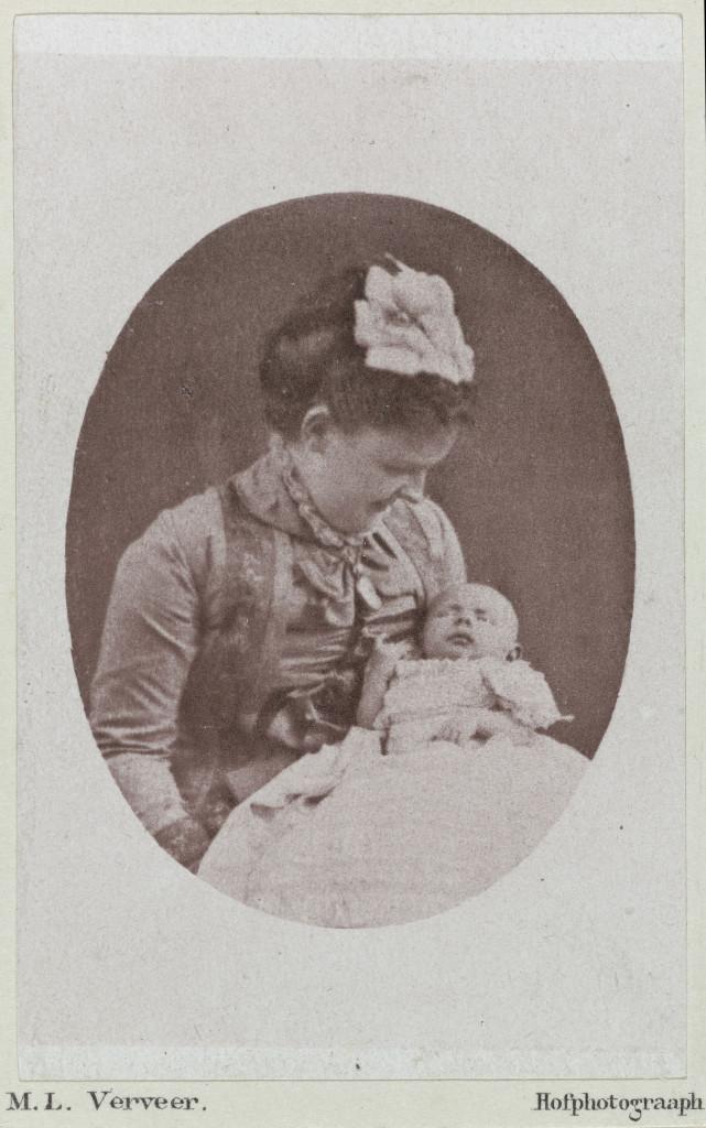 Maurits Verveer, Portret van Koningin Emma en prinses Wilhelmina, 1880. Koninklijke Verzamelingen, Den Haag