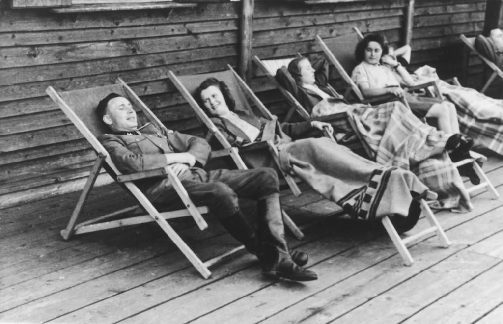 Karl Höcker ontspant met 'SS-Helferinnen' op de veranda van de Solahütte, juli 1944, c United States Memorial Museum