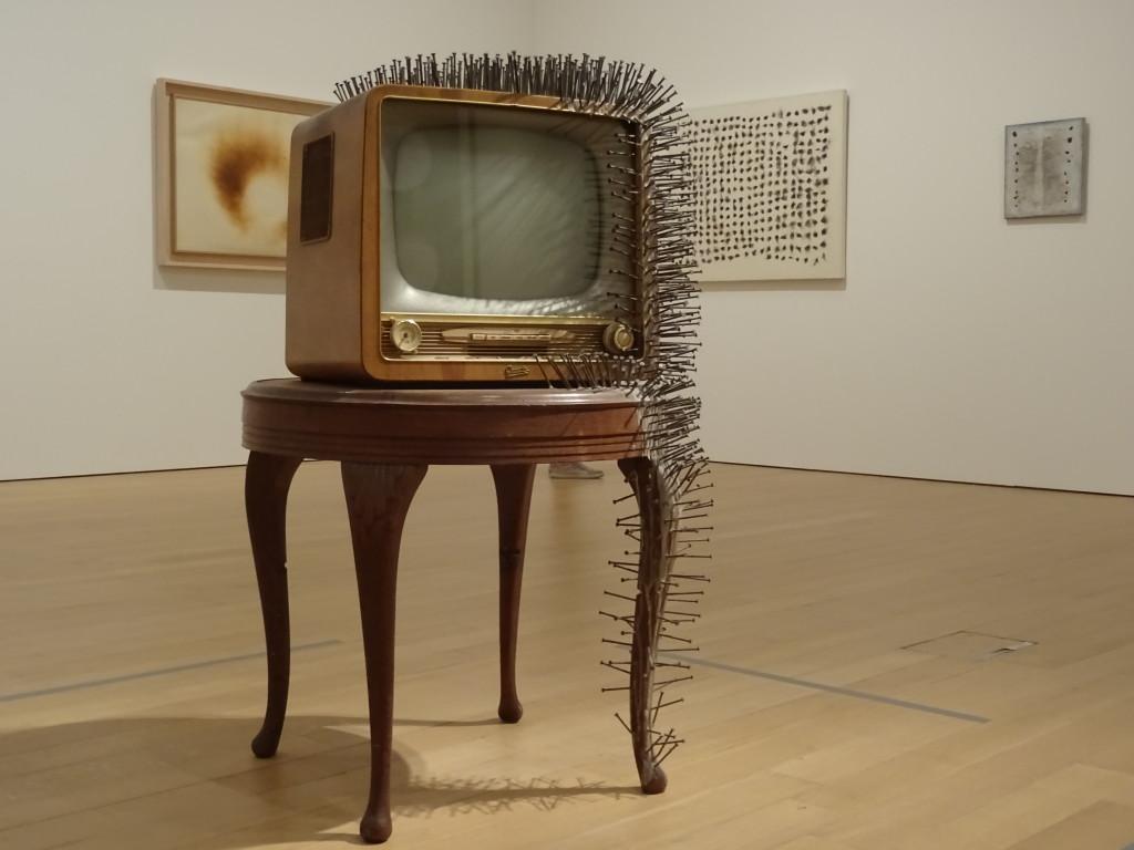 Gunther Uecker (1930), tv met spijkers, 1963, particuliere collectie. Eigen foto.
