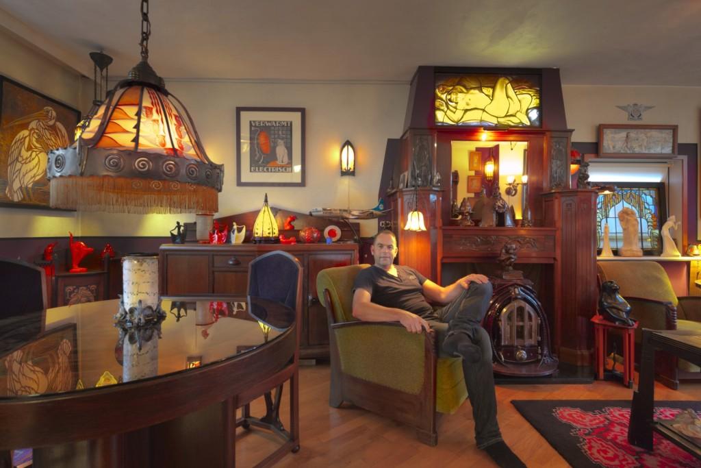 Amsterdamse School-verzamelaar Richard Hopman in zijn woonkamer. Foto: Erik en Petra Hesmerg