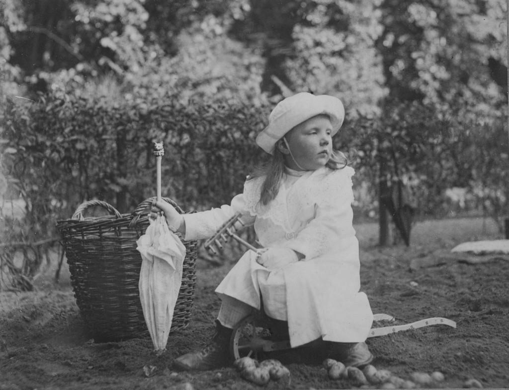 Prinses Juliana in de moestiuin, 1913, foto koningin Wilhelmina, collectie Koninklijke Verzamelingen, Den Haag