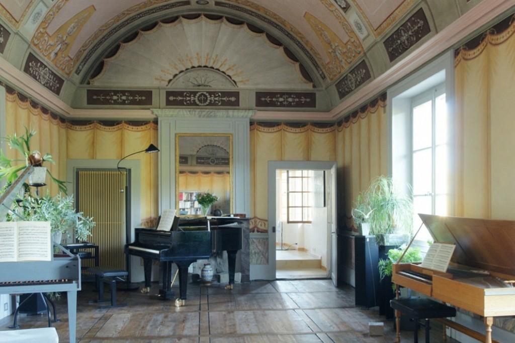 De muziekkamer van Belly van Zuylen in Le Pontet in Colombier nabij Neuchâtel