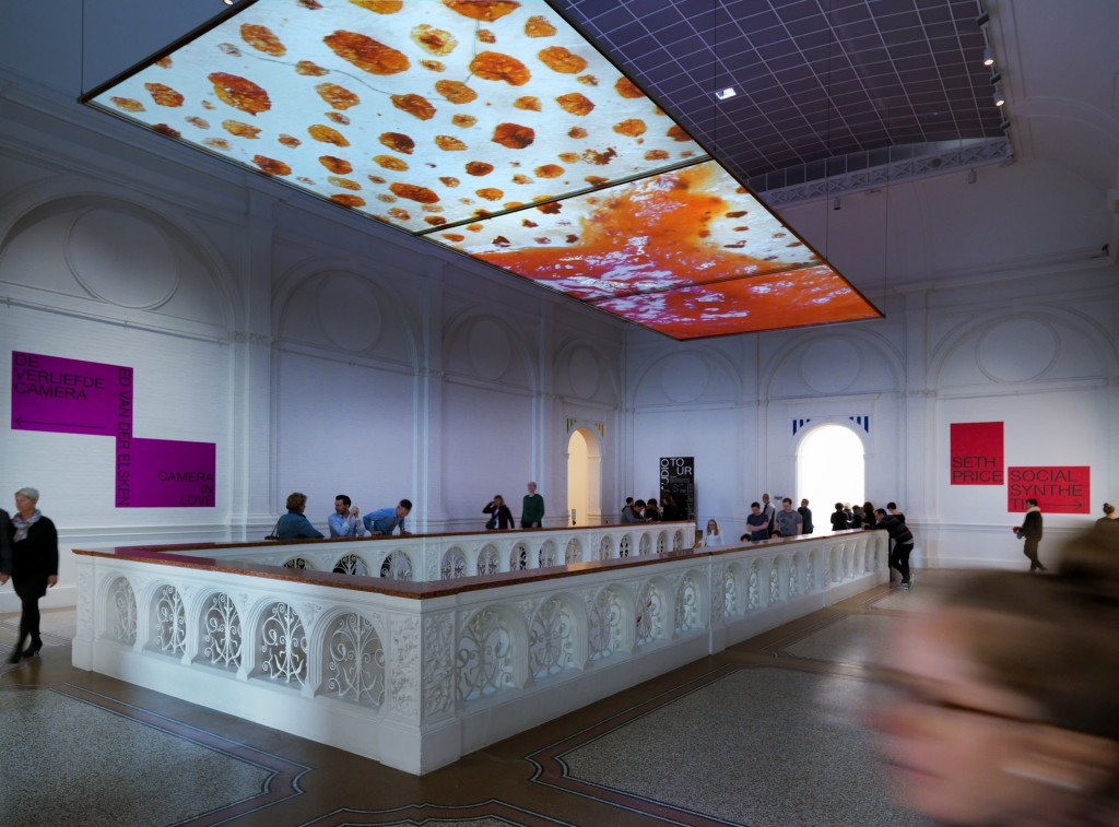 Het trappenhuis van het Stedelijk Museum, Social Synthetic, Seth Proce, foto G.J. van Rooij