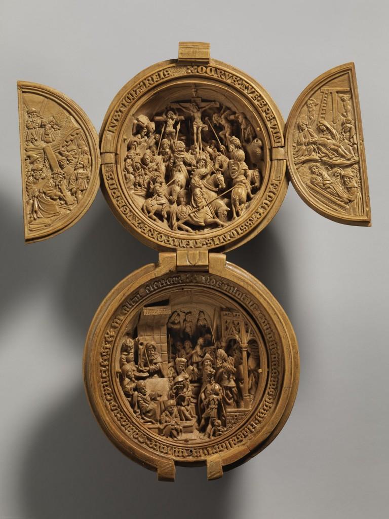Amdam Dircksz. en atelier, Gebedsnoot met de Kruisiging en Christus voor Pilatus, buxushout, 50 mm diameter, Nederland, ca. 1500 - 1530, New York, The Metropolitan Museum of Art, schenking van J. Pierpont