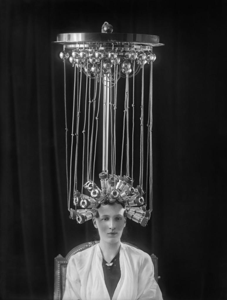 Een vrouw krijgt permanente krullen in de Londense kapsalon Eugène Limited, Alexander Bassano Photographic Studios Limited, 1923, Museum of London