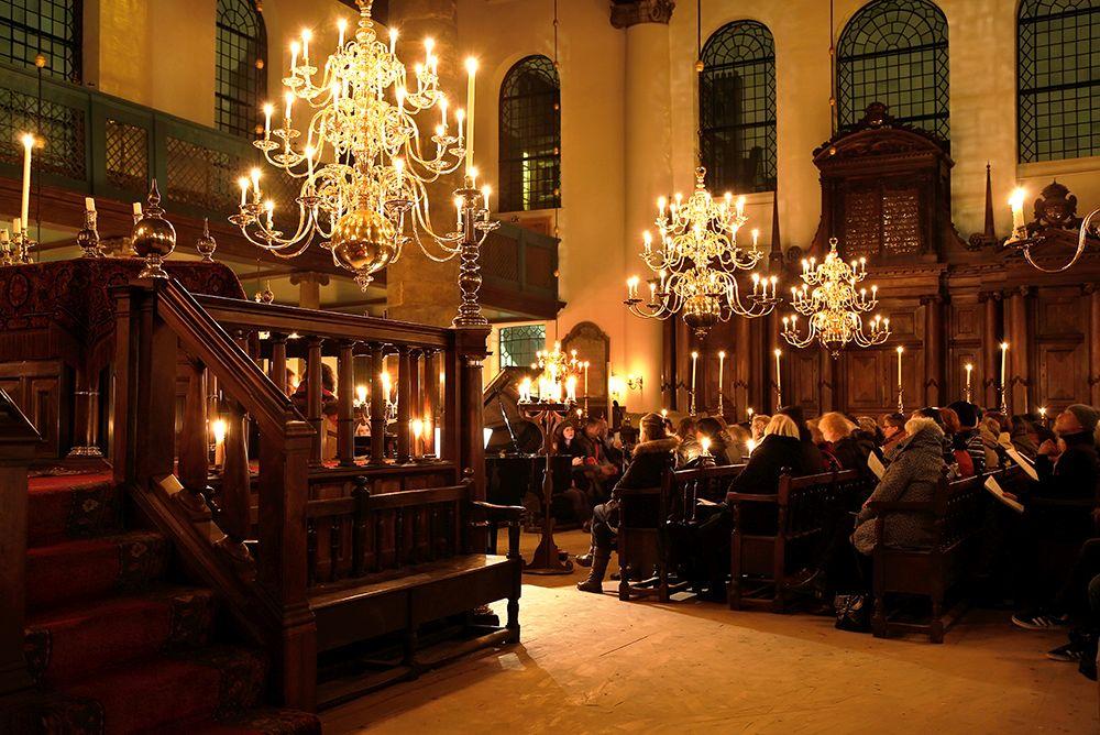 De Portugees-Israëlietische Synagoge van Amsterdam, ook wel Esnoga genoemd, is een synagoge uit de 17e eeuw, die gebouwd werd door de Sefardische Joden. De synagoge ligt aan het Mr. Visserplein en het Jonas Daniël Meijerplein. Het gebouw is nooit aangepast aan de moderne tijd en heeft geen verwarming en geen elektrische verlichting. Voor de verlichting worden bijna 1000 kaarsen gebruikt. Concert bij kaarslicht. Foto Berlinda van Dam.