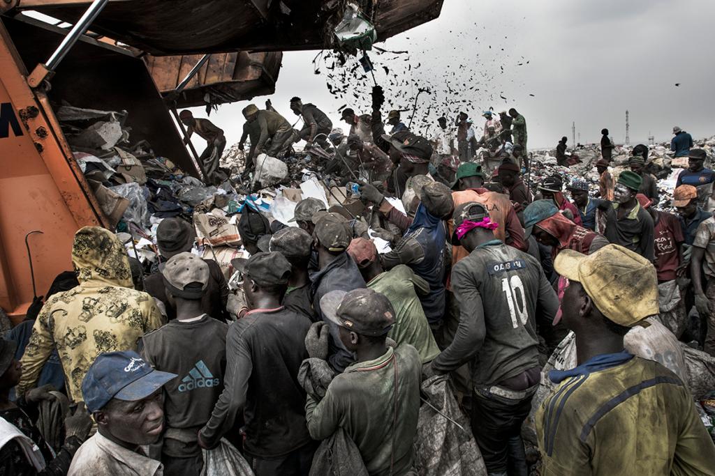 Kadir van Lohuizen, milieu, 1e prijs series, Nederland, NOOR Images, Wasteland, foto van de vuilnisbelt Olusosun in Lagos, Nigeria. World Press Photo 2018