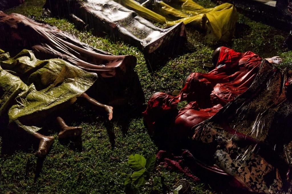 Patrick Brown, Australië, Panos Pictures, voor UNICEF, reportage 1e prijs enkel beeld. 28 september 2017, de lichamen van Rohingya-vluchtelingen, verdronken ton hun boot omsloeg, op ongeveer acht kilometer van de kust van Bangladesh. World Press Photo 2018