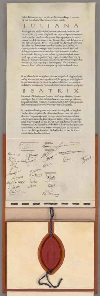 De abdicatie-akte van koningin Juliana is ook te zien in de Nieuwe Kerk, de akte wordt bewaard in het Nationaal Archief in Den Haag