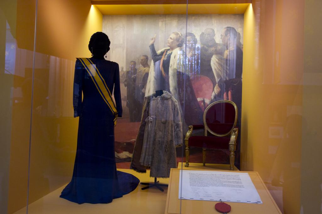 De kroningsjurk van Juliana, daarnaast het bontjasje van prinses Beatrix. Foto Evert Elzinga