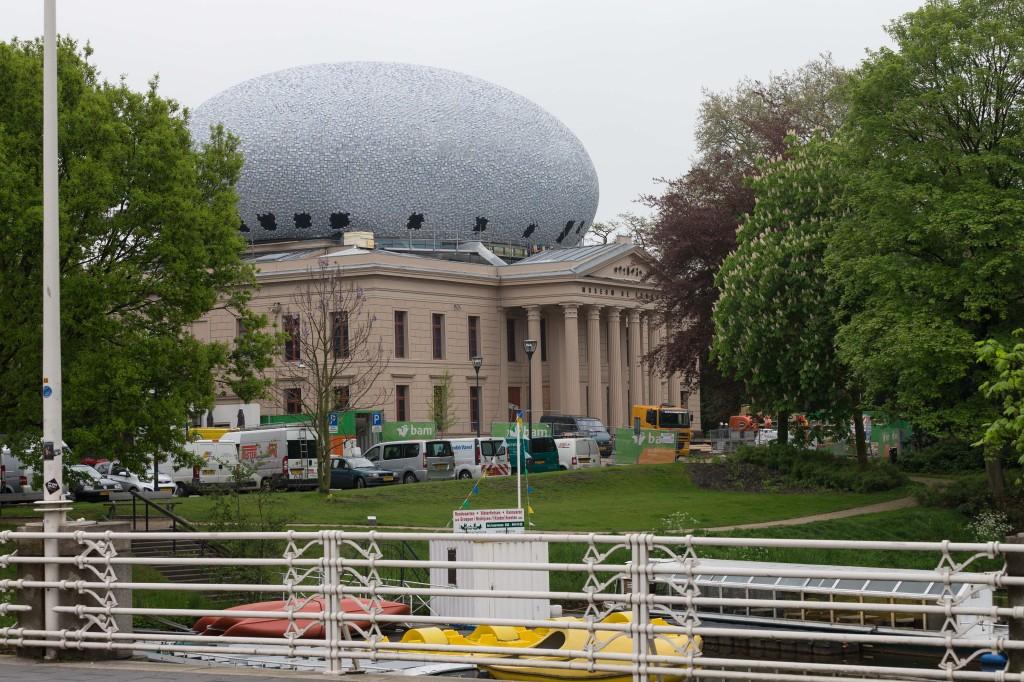 Museum De Fundatie is op het dak uitgebreid met  een dubbele ellips van Hubert-Jan Henket. Fotograaf: Pedro Sluiter