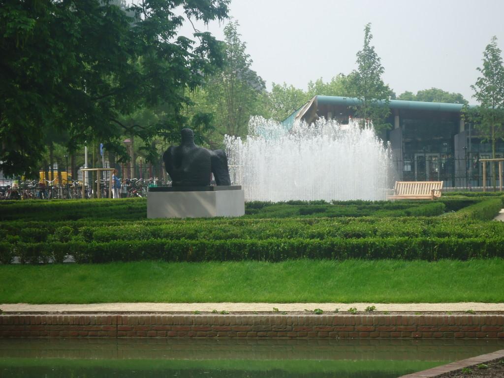 In de vernieuwde tuinen van het Rijksmuseum is twee kilometer buxushaag geplant. En er staan 32.000 bloeiende vaste planten. Eigen foto.