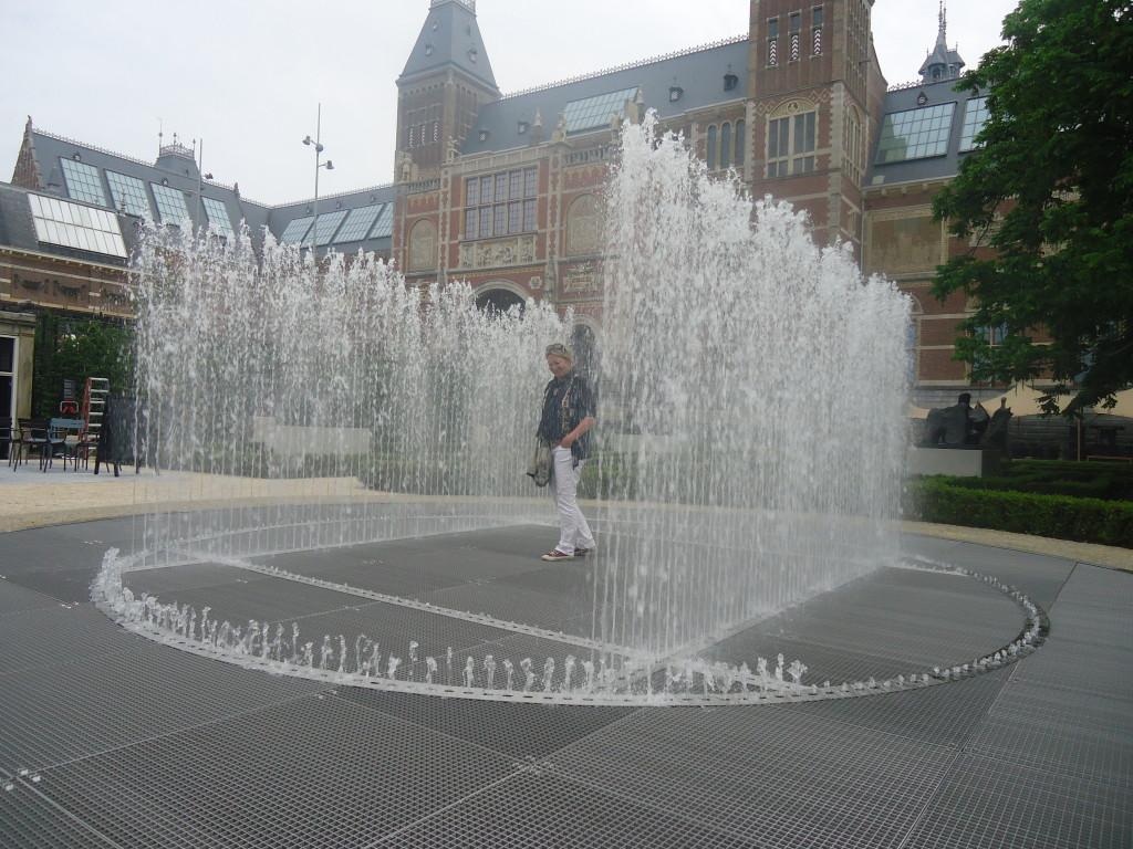 Het waterpaviljoen van de Deense kunstenaar Jeppe Hein, bezoekers hebben twaalf seconden tijd om zonder nat te worden naar het midden te lopen. Eigen foto.