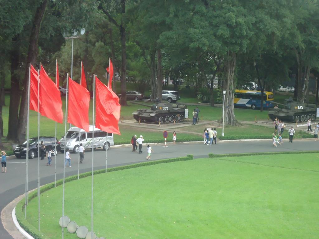 De oprijlaan van het paleis, met onder de bomen tank 390 en tank 843.