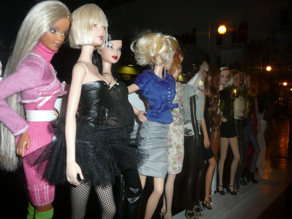 Barbies. Etalage in nachtelijk Valencia. Oktober 2010. Foto Claire van Lierop
