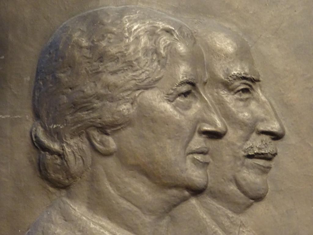 Rosa en Josef Cohen, oprichters van Maison de Bonneterie, in brons vereeuwigd in het trappenhuis in Amsterdam