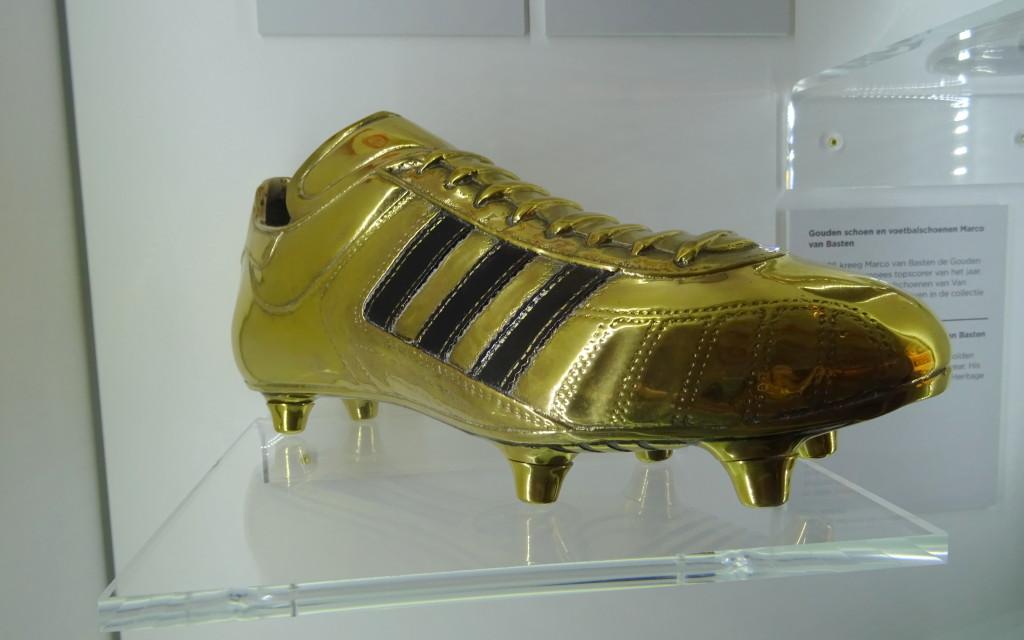 De Gouden Schoen die Marco van Basten in 1986 kreeg als Europees voetballer van het jaar.