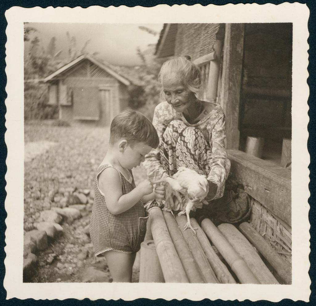 Peter Keller - zijn ouders waren in 1934 uit Duitsland gevlucht voor de nazi's - op de foto met een 'Inlandse vrouw', ca. 1940, collectie Peter Keller, geboren in 1938