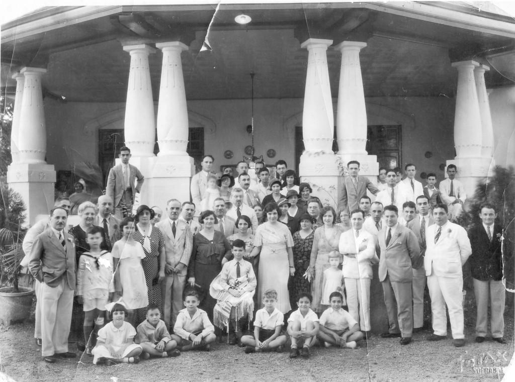 Bar Mitswa in Soerabaja, ca, 1932, voor het huis van de familie Mussry, met als gasten zowel Europese als Iraakse Joden. Collectie Eli Dwek