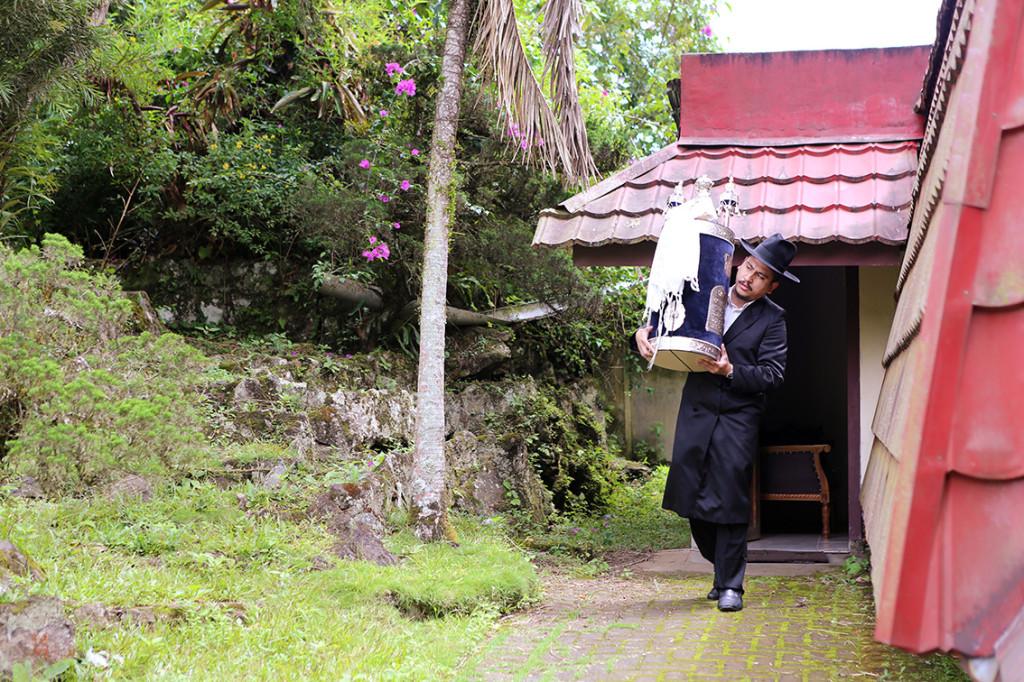 In Manado op Sulawesi, als enige Indonesische eiland overwegend christelijk, bevindt zich nu nog de enige synagoge van Indonesië in een voormalig woonhuis. De beheerder is Yakov Baruch, hij neemt de Tora-rol altijd mee naar huis om diefstal te voorkomen. Foto Pauline Prior, zij reisde in 2014 naar Indonesië om resterend Joods leven vast te leggen.