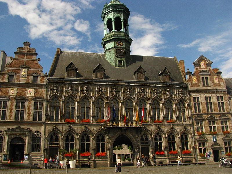 Stadhuis van Mons, foto Joape, Creative Commons