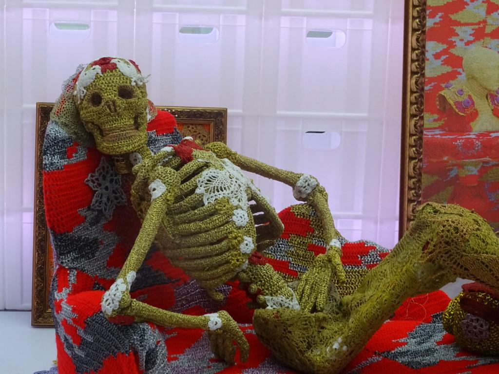 Het gehaakte skelet van Olek, de Poolse kunstenares Agata Oleksiak