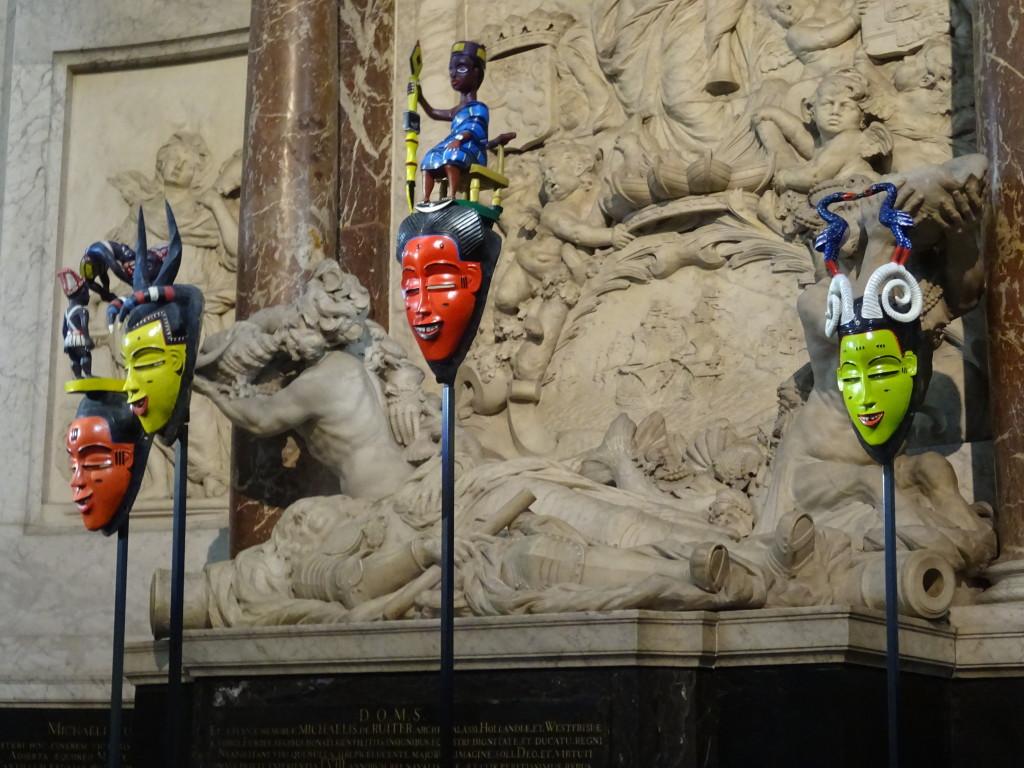 Vier feestmaskers van Boti, zoon van Sabu, de beroemdste recente Guro-beeldhouwer, bij het graf van Michiel de Ruyter