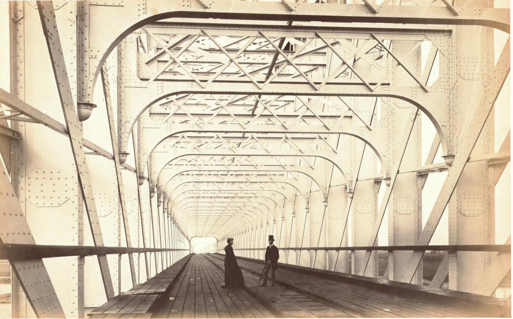 De zojuist voltooide spoorwegbrug over de Lek bij Culemborg, 30 augustus 1868. De brug was met 667 meter de langste van Europa. Collectie Elisabeth Weeshuis Museum