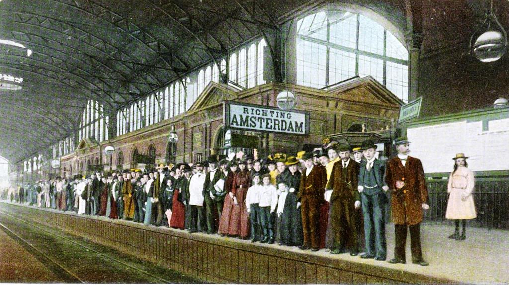 Passagiers wachtend op de pleziertrein die hen van Den Haag Holland Spoor naar Amsterdam zal brengen, 1904, collectie Spoorweg Museum Utrecht