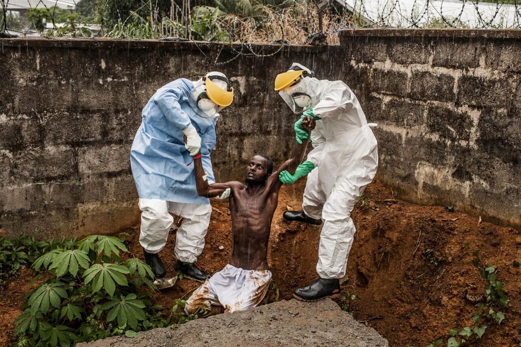 First Prize General News Category, Stories. Pete Muller, USA, Prime for National Geographic/The Washington Post, Freetown, Sierra Leone. Dit ebola-slachtoffer zou kort na het nemen van deze foto overlijden.