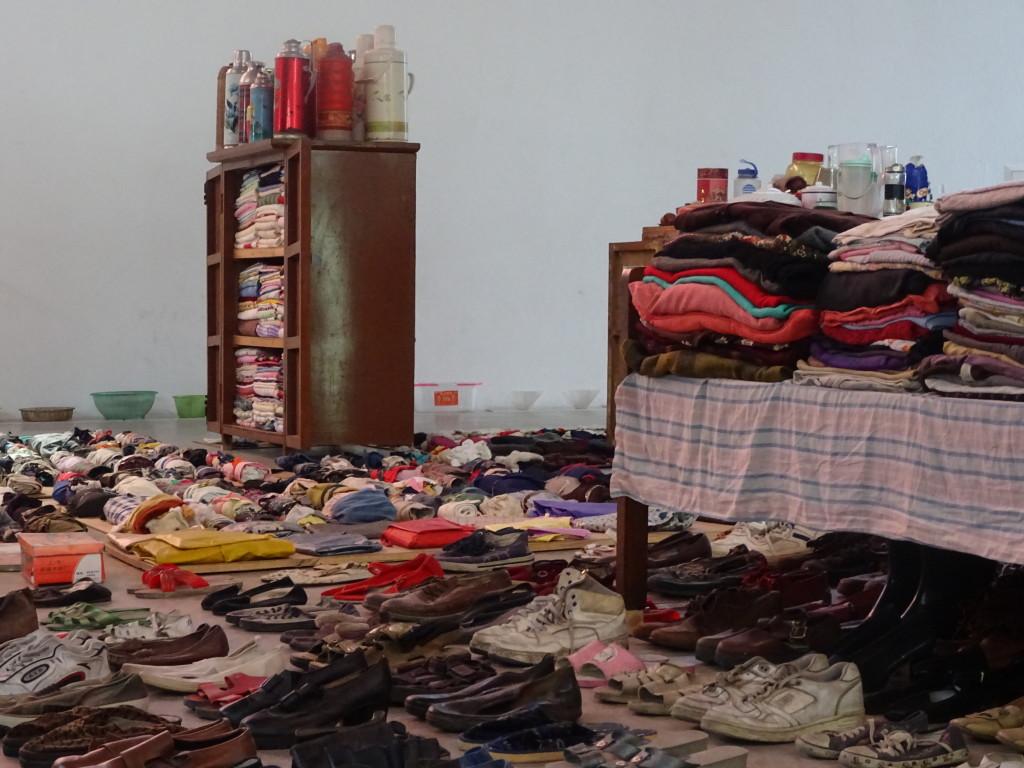 'Waste Not', de verzameling spullen van Song Dongs moeder tot kunstwerk gemaakt. Eigen foto