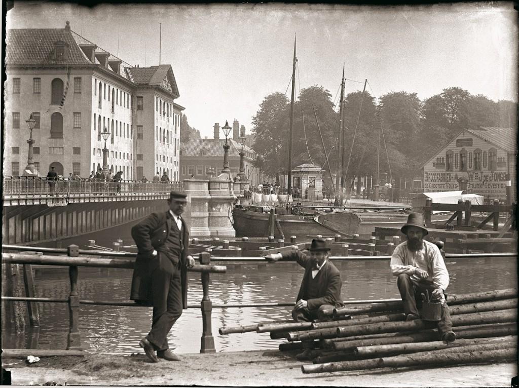 Nieuwe Vaart bij de Kattenburgerbrug met 's Lands Zeemagazijn, Jacob Olie,28 mei 1895, rechts daarnaast het huis van oom Jan. Foto: Stadsarchief Amsterdam