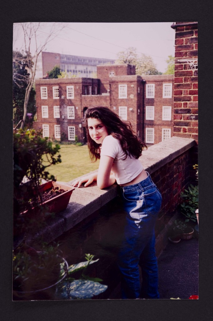 Amy Winehouse op het balkon van haar grootmoeders appartement c The Winehouse familie. Foto Joods Historisch Museum