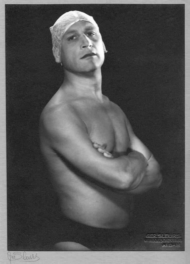 Ferdinand Erfmann poseert, waarschijnlijk rond 1940, foto Museum More