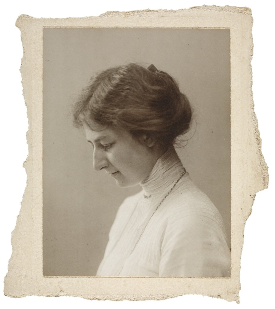 Portret Willy Wentholt, omstreeks 1919, fotograaf Johan Huijsen, archief Cis en Leo Heijdenrijk, RKD, Wentholt met 'losse haartjes' in haar hals