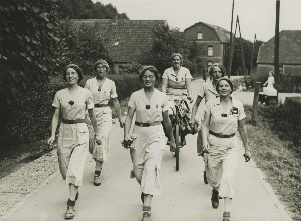 Vijf dames van de wandelvereniging DA DI DO (Dames Die Doorlopen) uit Den Haag tijdens de 27e Vierdaagse in 1937, foto Regionaal Archief Nijmegen