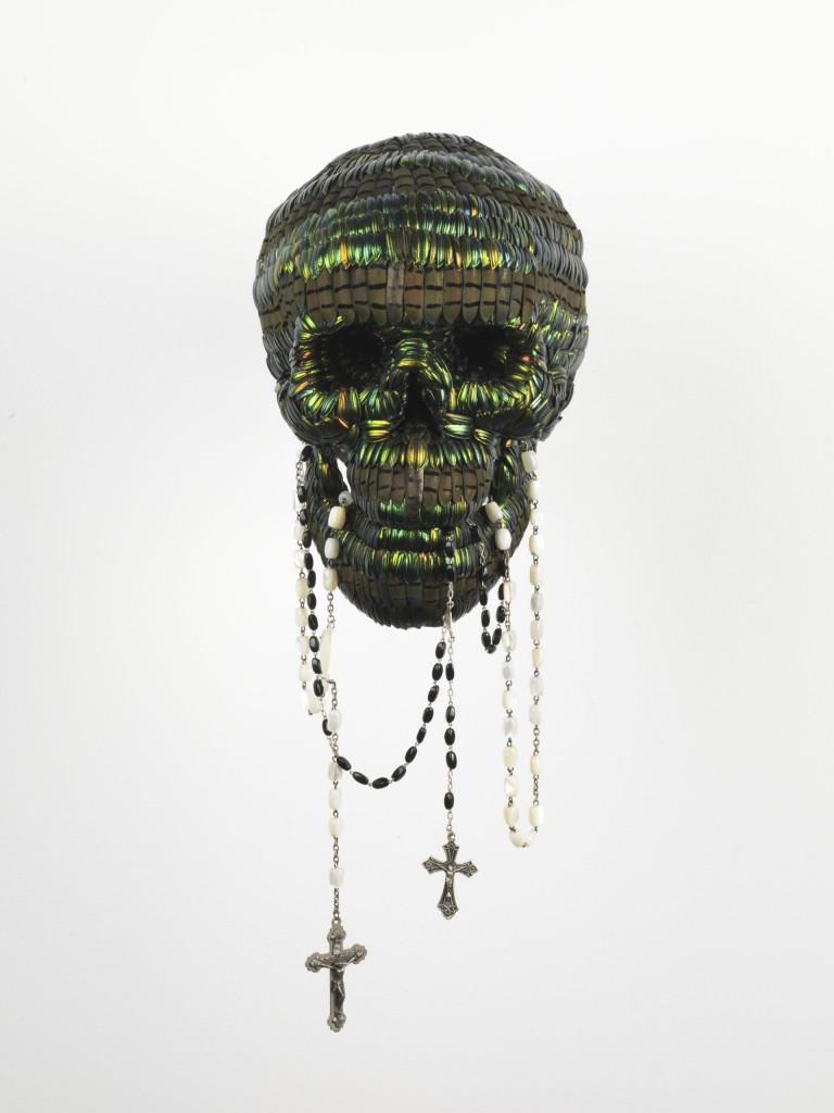 Jan Fabre, Skull with the Tool of Power, 2013, polymeer,zilver en natuurlijk geruide juweelkeverdekschilden, fotograaf: Lieven Herremn, copyright: Angelos bvba