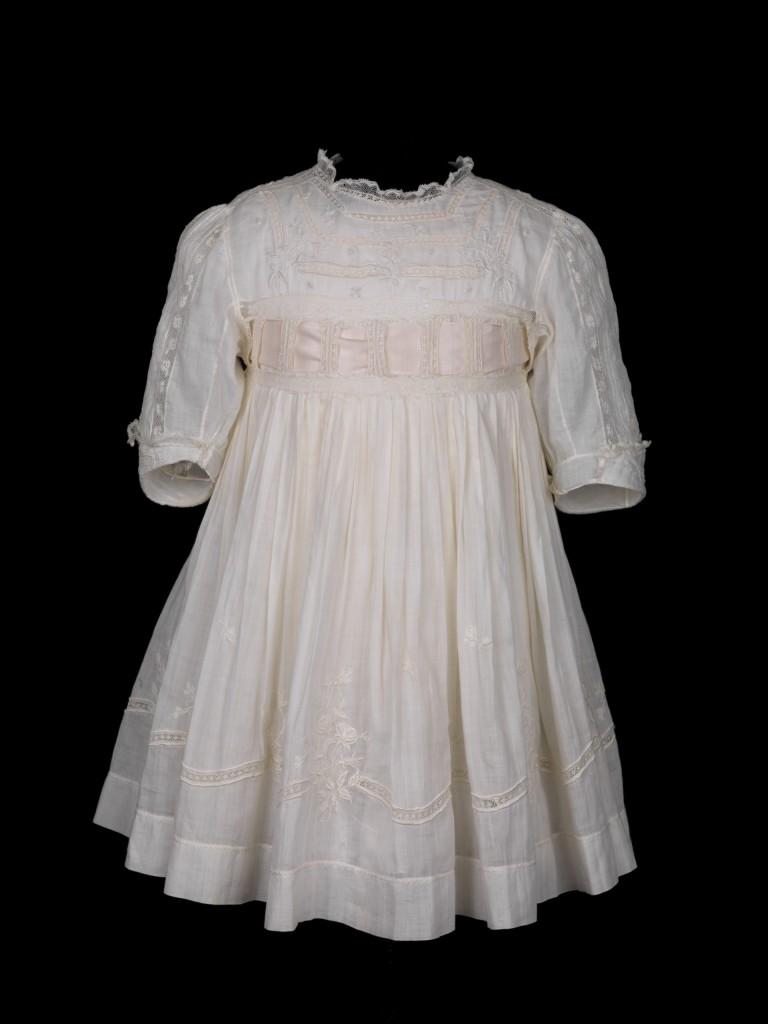 Wit jurkje van prinses Juliana, 1911-1913, Paleis Het Loo, bruikleen Koninklijke Verzamelingen, foto Tom Haartsen