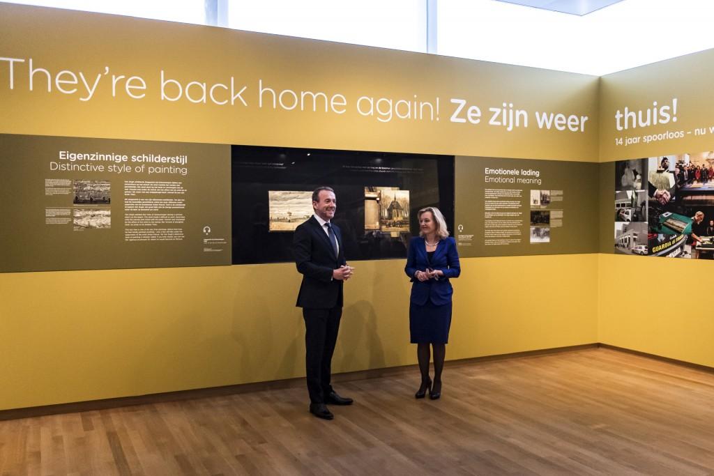 Directeur Axel Rüger en minister Jet Bussemaker vanochtend in het Van Gogh Museum. Foto Jan Kees Steenman