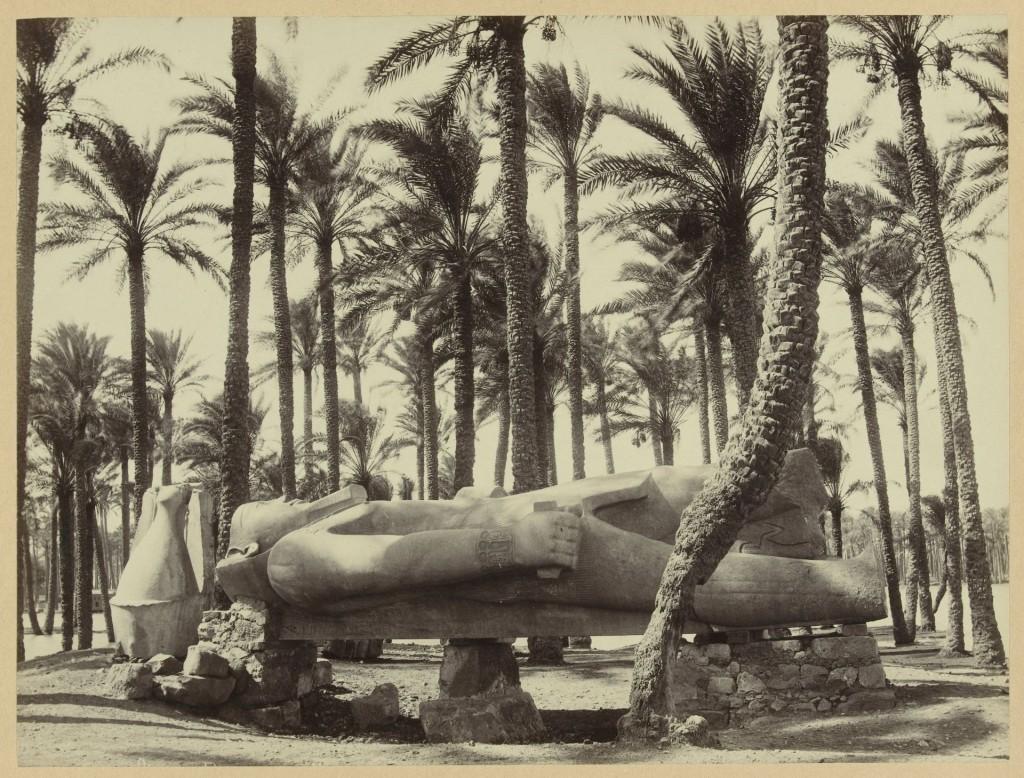 Antonio Beato (1834-1906), Standbeeld van Ramses II in Memphis, Egypte, ca. 1880-1890, Rijksmuseum, Amsterdam