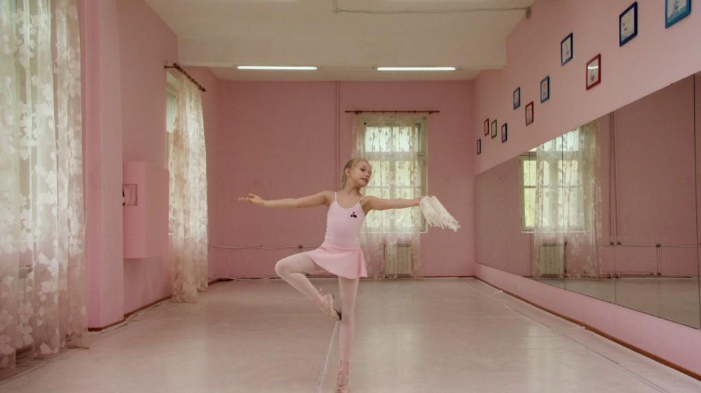 Rineke Dijkstra (The Fairy Doll), 2014, foto Stedelijk Museum