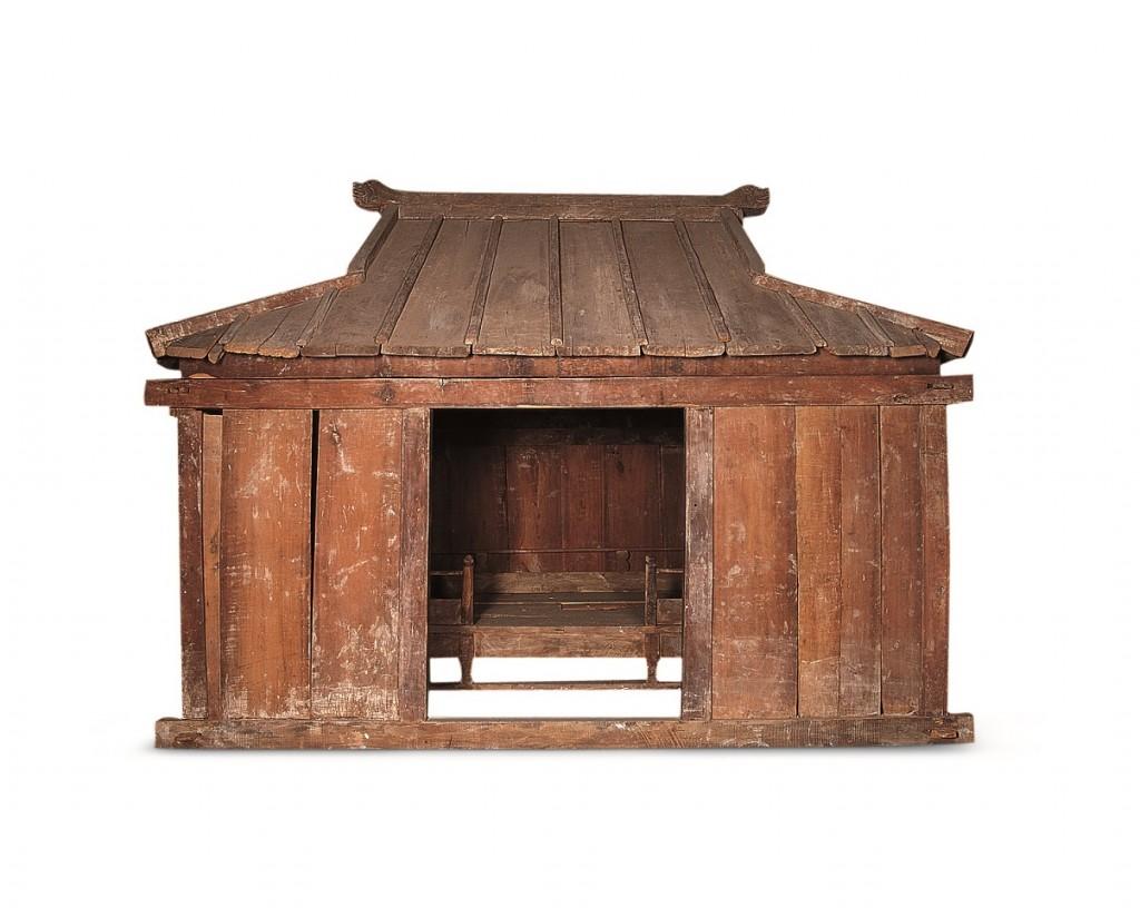 Houten dodenhuis uit een graftombe in Wengniute Qi, Chifeng, circa 1100 na Chr., collectie Inner Mongolia Museum, Hohhot (China)