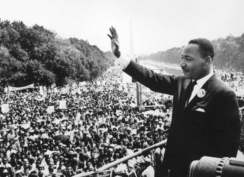 Martin Luther King (1929 - 1968) zwaait naar de menigte die op 28 augustus 1963 deelnam aan de 'March on Washington for Jobs and Freedom' foto: King Hulton Archive Agence France Presse, Getty Images