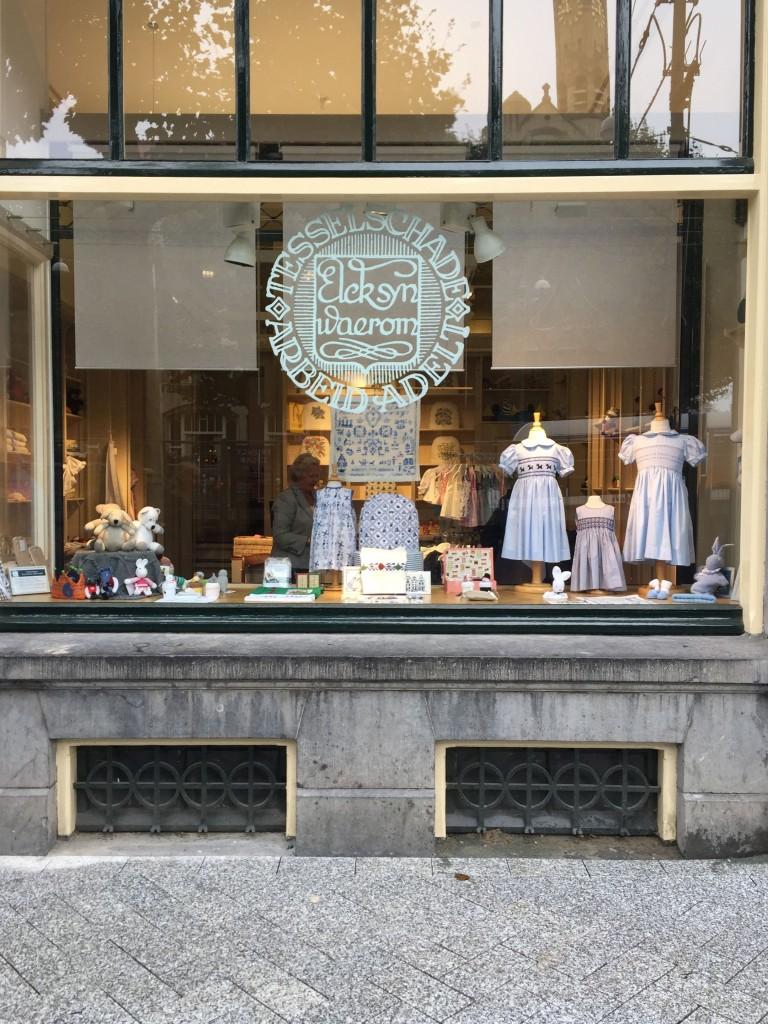 De Tesselschade-winkel op het Leidseplein in Amsterdam wordt druk bezocht door toeristen uit de hele wereld.