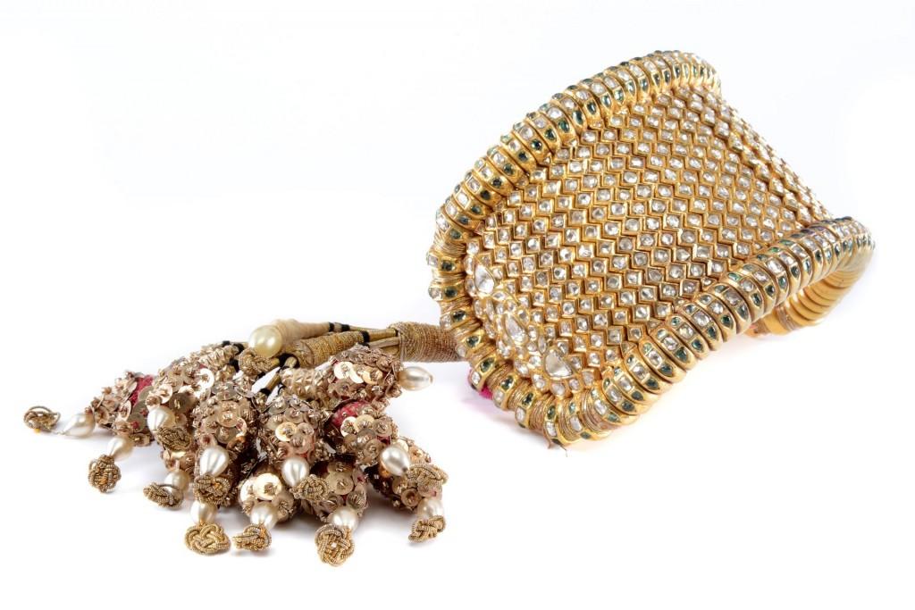 Een gouden, met diamant bezette bazu band (voor de bovenarm), Noord India, 19e eeuw, gewicht 370 gram, lengte 19,5 cm, breedte 7 cm