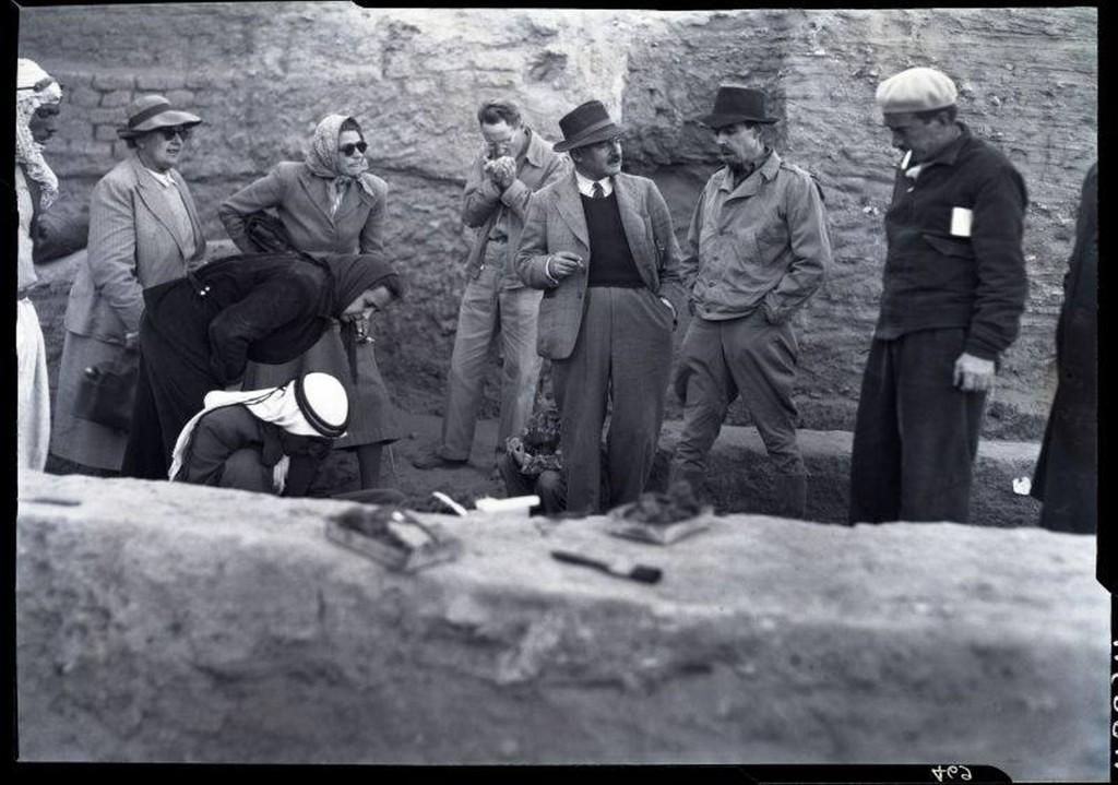 Agatha Christie (links) en Max Mallowan (centraal) tijdens een bezoek aan de opgravingen van Nippur in Zuid-Irak, tussen 1949 en 1953. C The Penn Museum Archives (49024)