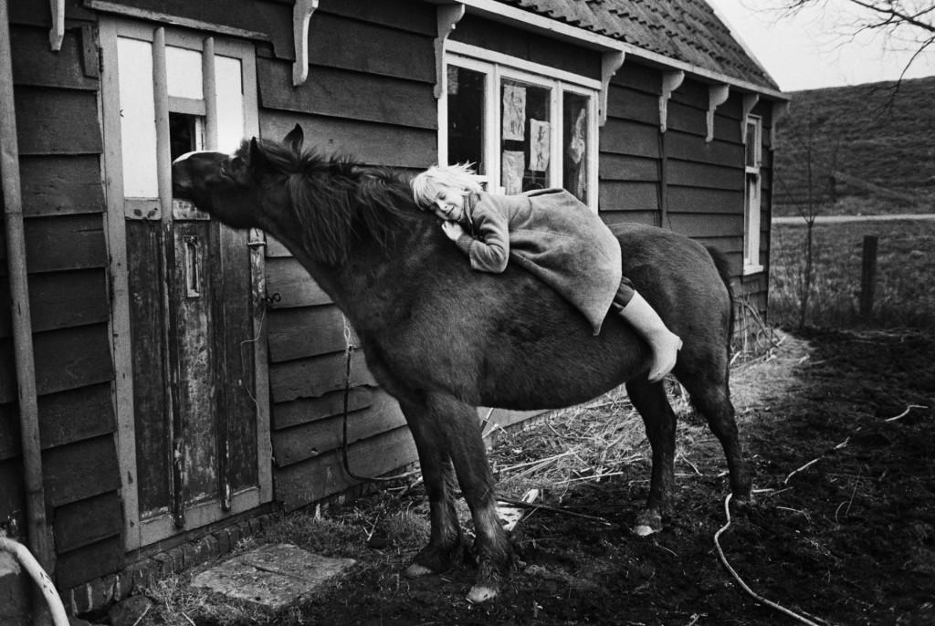 Daan van der Elsken op Pravda, Edam (ca. 1970), copyright Ed van der Elksen/Nederlands Fotomuseum