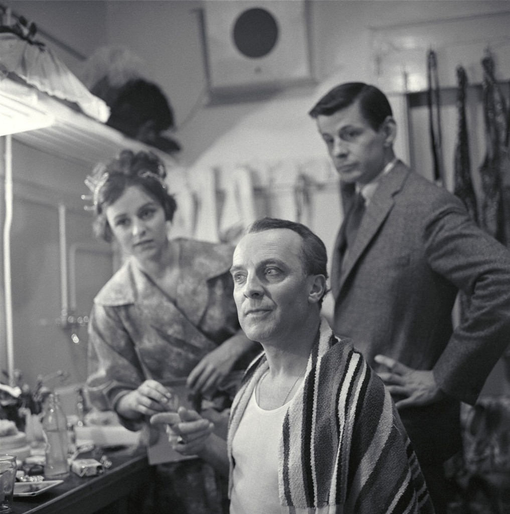 Maria Austria, Wim Sonneveld in de kleedkamer bij een repetitie van de musical My Fair Lady, 1960, c Maria Austria/MAI